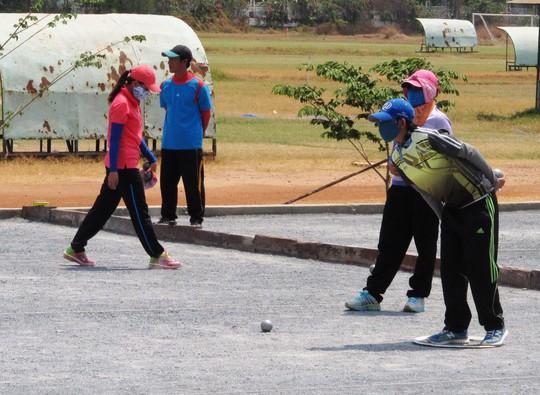 Các nữ VĐV bi sắt TP HCM thi đấu tuyển chọn trong nắng gắt giữa trưa 13-3