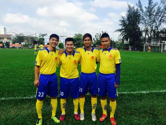 Nguyễn Thành Long Giang (21) và Hà Niệm Tiến (7) trước một trận đấu phong trào gần đây Ảnh: FACEBOOK NHÂN VẬT