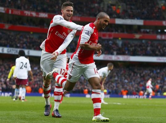 Walcott (phải) ghi bàn cho Arsenal sau hơn 1 năm Ảnh: REUTERS