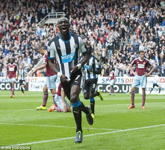 Sissoko sau khi ghi bàn mở tỉ số trong trận Newcastle thắng West Ham 2-0 Ảnh: DAILY MAIL