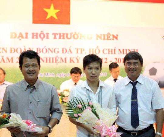 Đại diện đội bóng đá nữ (trái) và futsal Thái Sơn Nam nhận phần thưởng của HFF