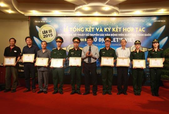 Tổng cục TDTT trao bằng khen cho các cá nhân đóng góp vào thành công chung của giải 2014