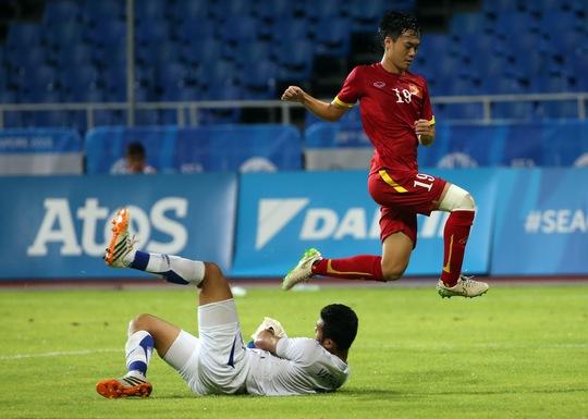 Tiền đạo Văn Toàn nỗ lực vượt qua thủ môn Lào khi U23 Việt Nam chơi thiếu mạch lạc trong hiệp 1  Ảnh:  Quang Liêm