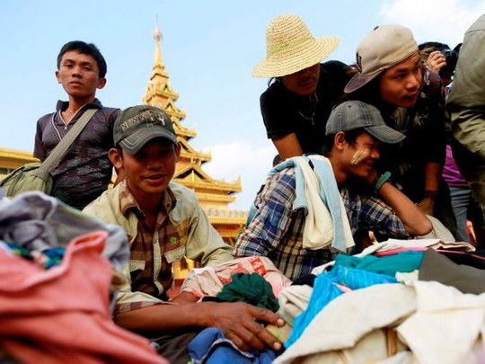 Người dân Myanmar tị nạn để tránh bom. Nguồn: Reuters