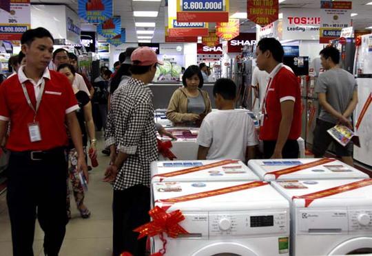 """Khi đã nên """"duyên nợ"""" với Central Group, liệu Nguyễn Kim có thu hút thêm khách hàng tới mua sắm? Trong ảnh: khách hàng mua sắm tại Nguyễn Kim quận 1 (TP HCM)."""