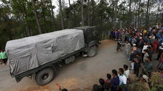 Người dân chặn xe tải chở hàng cứu trợ. Ảnh: Reuters