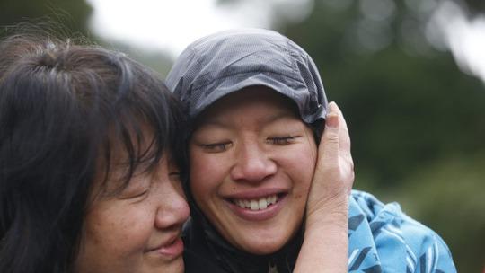 Bà Maggie Khoo (trái) ôm con gái Susan OBrien. Ảnh: Fairfax NZ