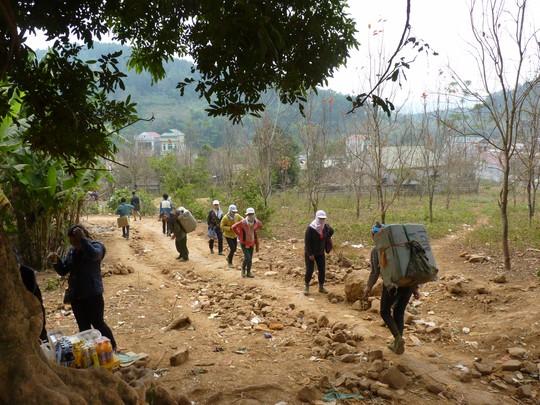 Cửu vạn kẻ ngược người xuôi sang Trung Quốc nhận và gùi hàng về Lạng Sơn cho cánh đầu nậu. Giá thuê gùi hàng hiện nay đã tăng từ 5000đồng/kg trước đây lên 18000-20.000 đồng/kg.
