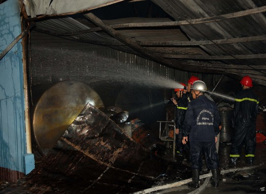 Sau hơn 1 tiếng nỗ lực dập lửa, lính cứu hỏa mới khống được đám cháy