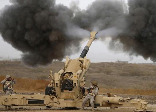 Ả Rập Saudi pháo kích Houthi từ biên giới. Ảnh: Reuters