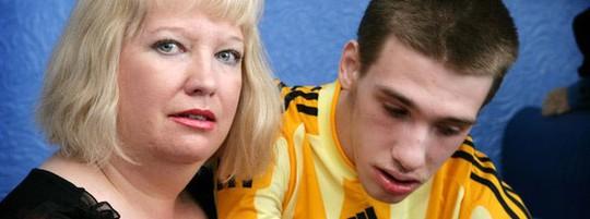 Bà Sharon Bernardi (trái) và con trai Edward - người qua đời năm ngoái vì bệnh ti thể Ảnh: BBC
