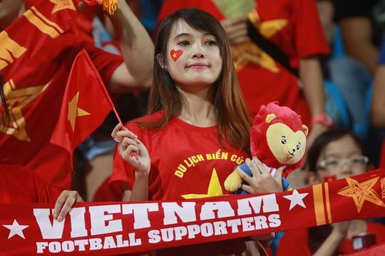 Cổ động viên Việt Nam trong trận gặp U23 Đông Timor Ảnh: QUANG LIÊM