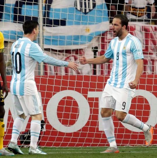 Thay Aguero, tiền đạo Higuain (phải) hoàn thành xuất sắc nhiệm vụ cho Argentina Ảnh: REUTERS