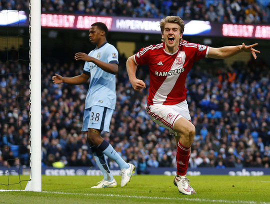 Tiền đạo Bamford, mượn từ Chelsea, trong bàn mở tỉ số cho Middlesbrough ở trận thắng Man City 2-0 tại vòng 4 Ảnh: REUTERS