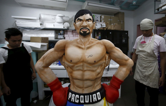 Người dân Philippines mừng sự kiện với bánh nặng 70 kg hình Pacquiao  Ảnh: REUTERS