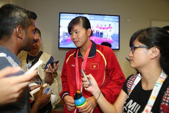 Ánh Viên trả lời báo chí Đông Nam Á tại SEA Games 2015 ở Singapore hồi tháng 6