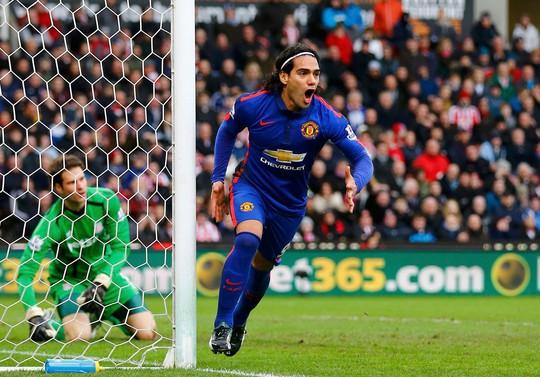 Falcao trong lần giúp M.U phá lưới Stoke ở trận 2 đội hòa nhau 1-1 vào đầu năm 2015 Ảnh: REUTERS