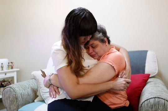 Bà Jaquita Gonzales (phải) tin rằng chồng mình vẫn còn sống Ảnh: REUTERS