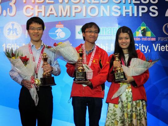 Trường Sơn (giữa) và bạn gái Thảo Nguyên xuất sắc giành 2 vé còn lại của khu vực 3.3 cùng đồng đội Quang Liêm dự World Cup cờ vua 2015