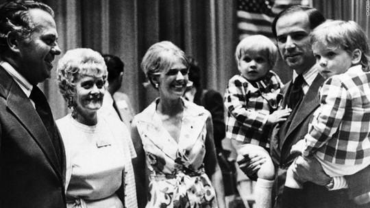 Ông Joe Biden bế 2 con trai đứng cạnh người vợ đầu tiên Neilia năm 1972, trước khi bà qua đời vì tai nạn Ảnh: AP