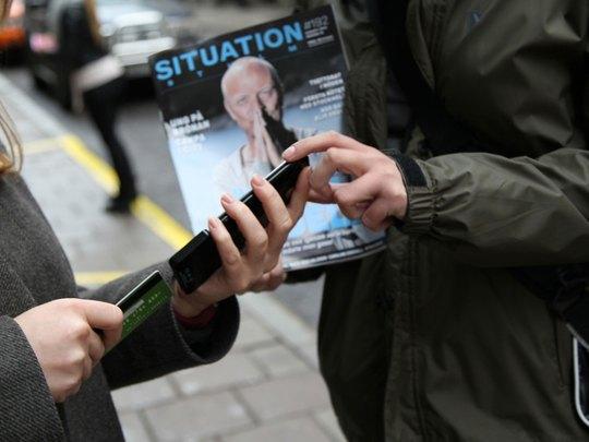 Người dân ở Stockholm - Thụy Điển có thể dùng thẻ tín dụng hoặc ghi nợ để trả tiền mua báo Ảnh: IZETTLE