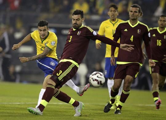 Coutinho (trái) cần phát huy hơn nữa các pha sút xa lợi hại khi Brazil đối đầu Paraguay phòng ngự rất chặt chẽ Ảnh: REUTERS