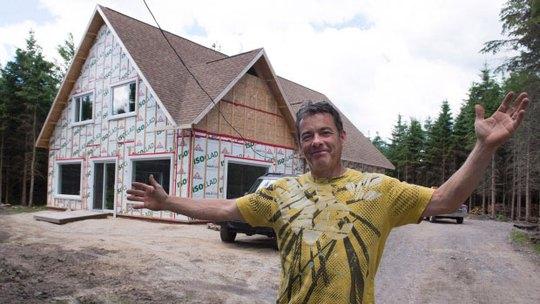 Ông Christian Martin trên mảnh đất miễn phí ở Saint-Louis-de-Blandford Ảnh: CANADIAN PRESS