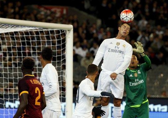 Ronaldo tham gia phòng ngự trong trận Real Madrid thua Roma tối 18-7 tại Úc Ảnh: REUTERS