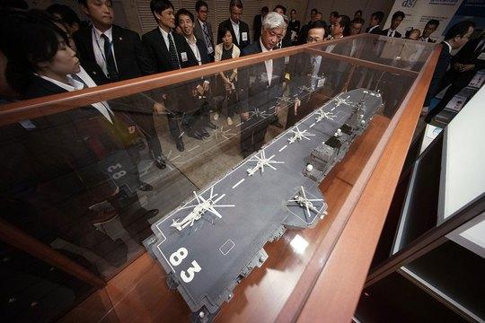 Mô hình tàu khu trục lớp Izumo tại cuộc triển lãm an ninh hàng hải ở Nhật Bản hồi tháng 5-2015Ảnh: AP