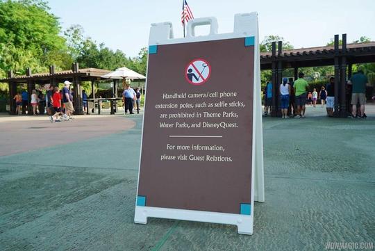 """Biển báo cấm gậy """"tự sướng"""" tại một công viên Disney ở Mỹ Ảnh: wdwmagic.com"""