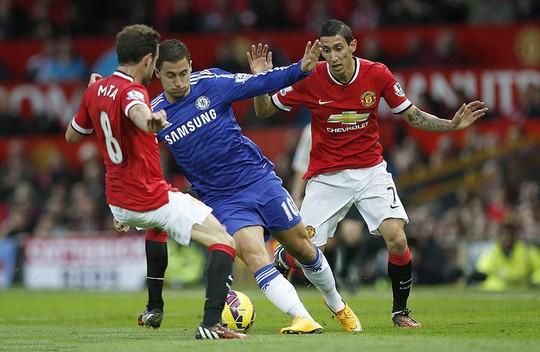 Mata và Hazard (giữa), một trong những cuộc đối đầu thú vị ở đại chiến đêm 18-4  Ảnh: REUTERS