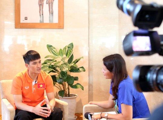 Tiền đạo Công Vinh trò chuyện với phóng viên kênh truyền hình Fox Sports ở AFF Cup 2014