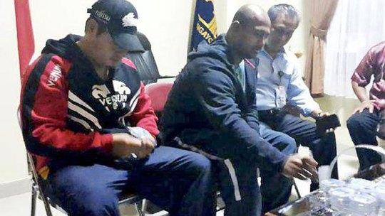 Andrew Chan (trái) và Myuran Sukumaran (giữa) trước khi được chuyển đến đảo Nusakambangan Ảnh: NEWS.COM.AU