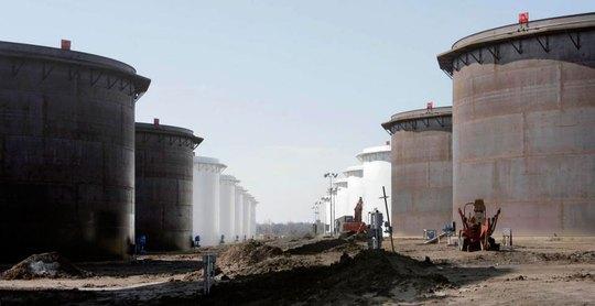 Bể chứa dầu mới được xây thêm ở phía Bắc TP Cushing Ảnh: AP