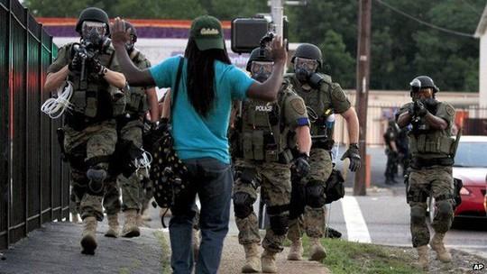 Cảnh sát trang bị vũ khí tận răng được triển khai ở TP Ferguson - Mỹ hồi năm 2014 Ảnh: AP