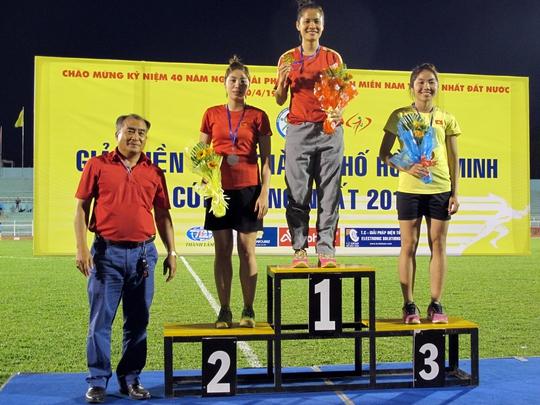 Trao giải cự ly 60 m cho các thành viên đội nữ quốc gia Ảnh: Đào Tùng (up online)