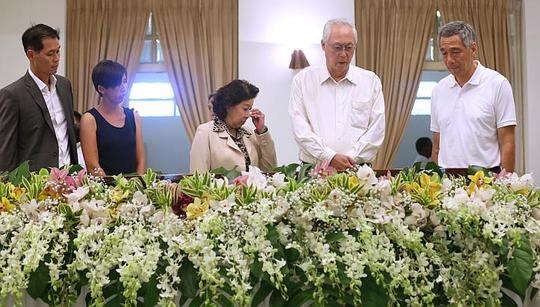 Thủ tướng Singapore Lý Hiển Long (bìa phải) bên linh cữu cha - ông Lý Quang Diệu Ảnh: The Straits Times