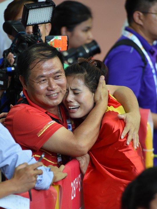 Nguyễn Thị Huyền chia sẻ niềm vui chiến thắng cùng HLV Vũ Ngọc Lợi  tại SEA Games 2015 Ảnh: NGỌC LINH