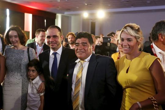 Hoàng thân Ali Bin al Hussein của Jordan trong một lần gặp gỡ danh thủ Diego Maradona Ảnh: REUTERS