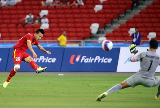 Huy Toàn trong pha ghi bàn ở trận tranh HCĐ U23 Việt Nam thắng U23 Indonesia 5-0 Ảnh: QUANG LIÊM