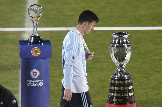 Messi sau khi nhận HCB rạng sáng 5-7. Danh hiệu lớn trong màu áo ĐTQG một lần nữa lảng tránh anh  Ảnh: REUTERS
