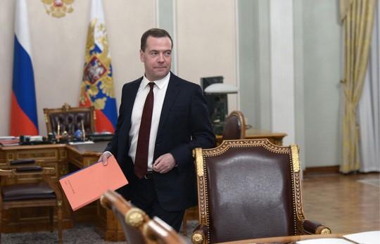 Thủ tướng Nga Dmitry Medvedev ký kế hoạch chống khủng hoảng. Ảnh: ITAR-TASS