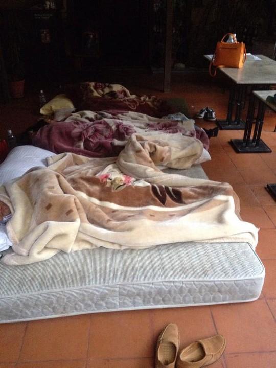 Một nhà hàng Việt Nam ở Kathmandu bố trí chỗ ngủ cho những người cần sự trợ giúp Ảnh: BẢO NGỌC