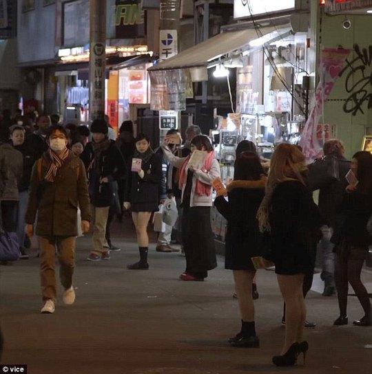 Các cô gái phát tờ rơi quảng cáo dịch vụ hẹn hò tại quận Akihabara Ảnh: VICE