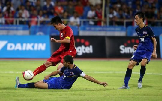Thanh Bình trong pha ghi bàn rút ngắn cách biệt cho U23 Việt Nam tối 10-6 Ảnh: QUANG LIÊM
