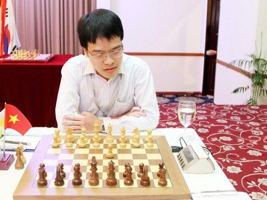 Không những đăng quang Giải HDBank 2015, kỳ thủ Lê Quang Liêm còn gián tiếp giúp đồng đội Thiên Kim vô địch giải nữ