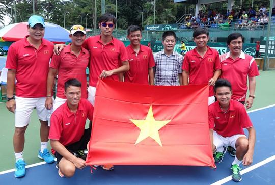 Phó Chủ tịch kiêm Tổng Thư ký VTF Nguyễn Quốc Kỳ (thứ ba từ phải sang) cùng đội tuyển quần vợt nam sau khi giành quyền thăng hạng Davis Cup Ảnh: Ngọc Linh
