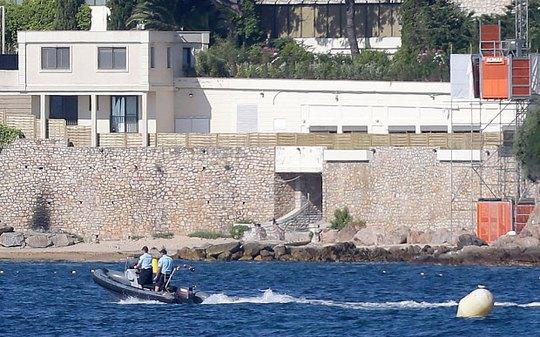 Cảnh sát Pháp tuần tra gần dinh thự Quốc vương Salman trú ngụ Ảnh: AP