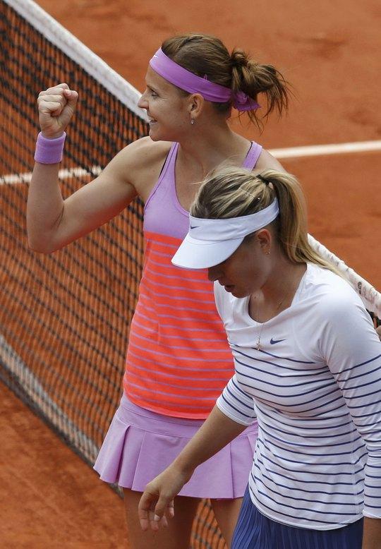 Safarova (trái) vui mừng khi loại Sharapova, lần đầu tiên vào tứ kết Ảnh: REUTERS