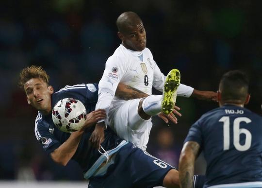 Rolan (giữa) cần san sẻ gánh nặng ghi bàn khi Uruguay đối đầu Paraguay rạng sáng 21-6 Ảnh: REUTERS
